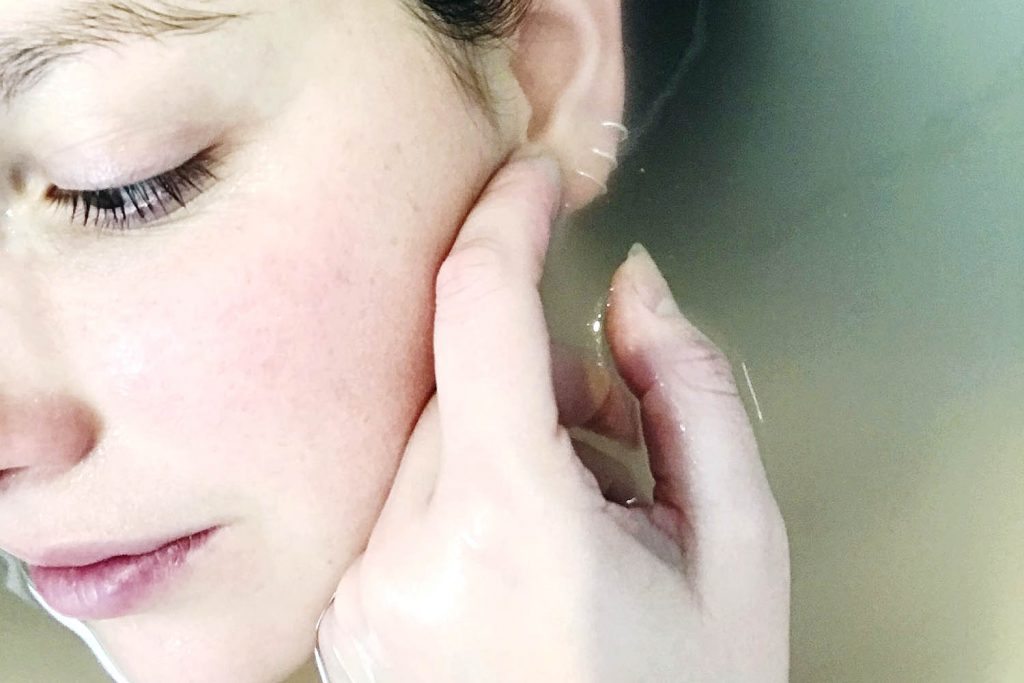 foto de uma mulher exibindo uma pele saudável